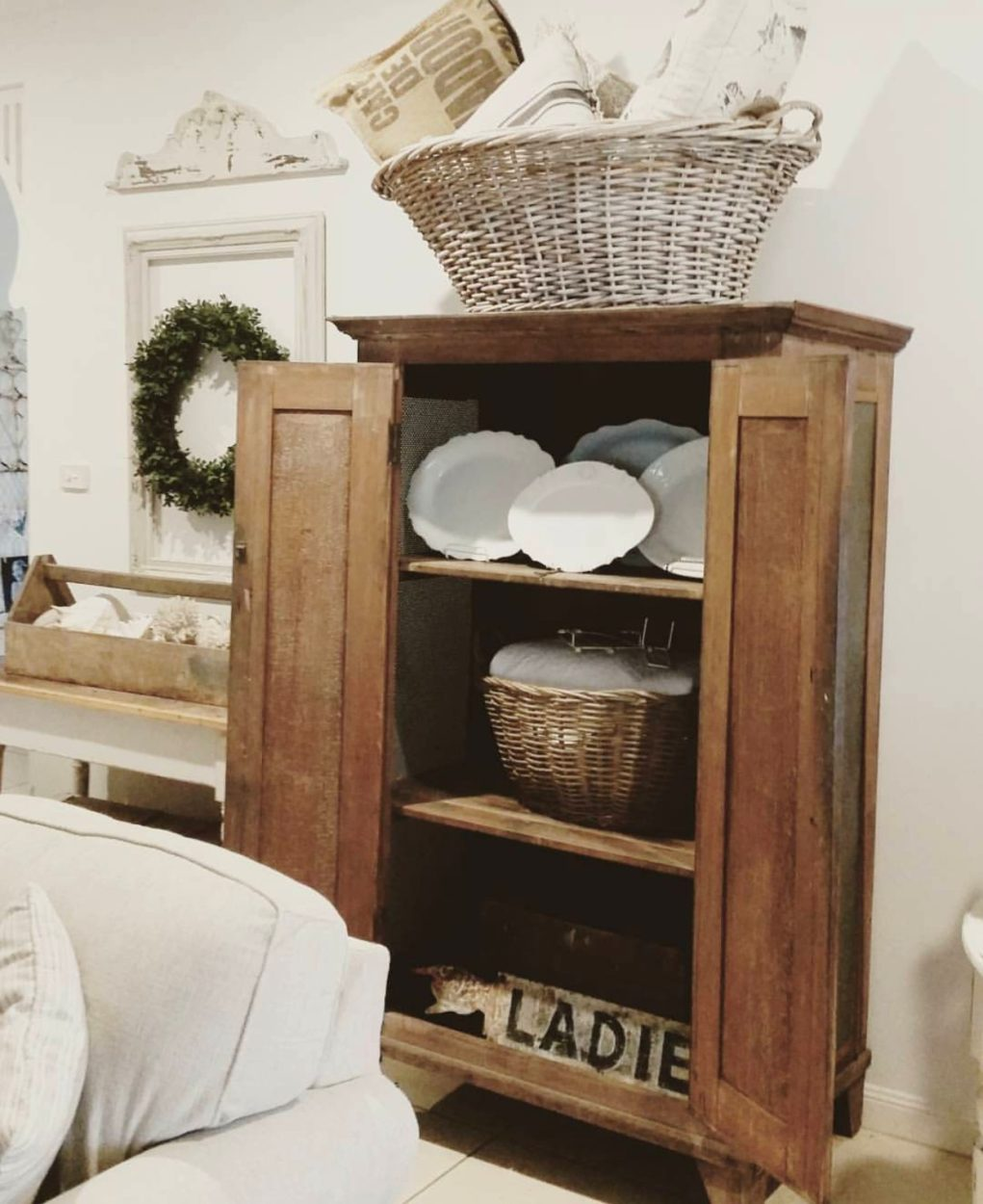 I fyou love farmhouse style or fixer upper, you will love this salvaged farmhouse home tour with vintage bliss. She shows off flea market, garage sale, thrifted finds in the most beatufiul way. She is a talented home decorator. Come and be inspired at this home tour.