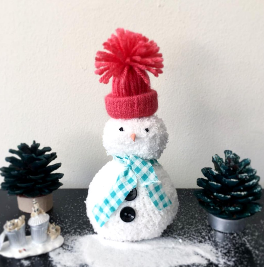 Sock snowman are a great way to upcycle or reuse those leftover socks that you have lying around. Easy craft to make with the kids. Come see lots of upcycle Christmas ideas to make the most with what you already have.