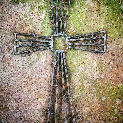 How to DIY barbed wire cross #easter #cross #upcycle salvagesisterandmister.com