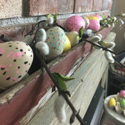 Speckled eggs for a budget friendly spring mantel #springdecor