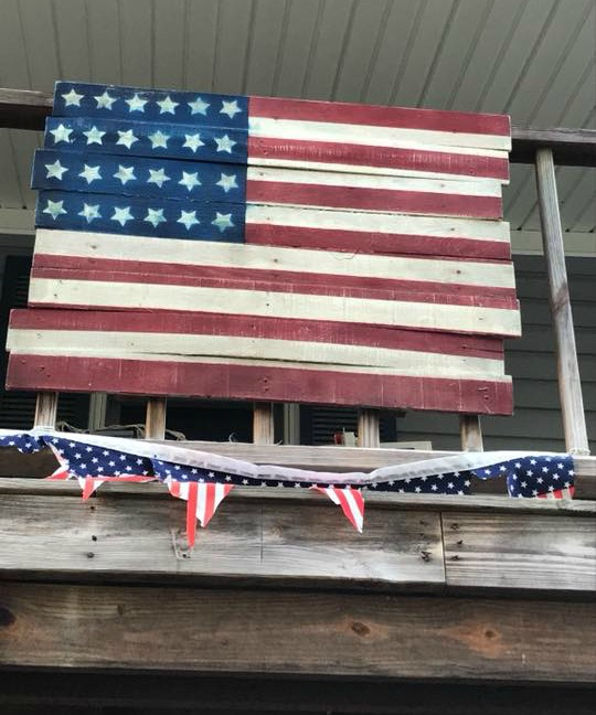 pallet sign - American Flag - featured on salvagesisterandmister.com by Jenny Carlson