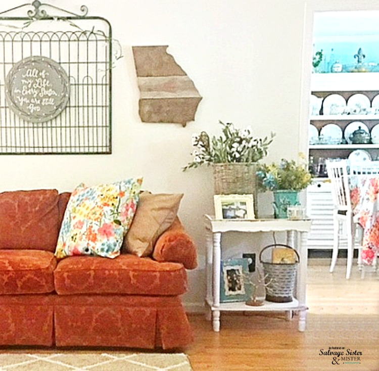 Cottage home tour wiht Abundant Grace Home from Instagram as featured on salvagesisterandmister.com