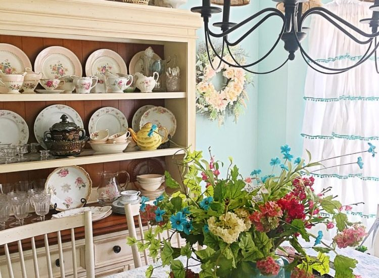 Gorgeous cottage home tour dining room is filled with antiques and flea market finds. create a home you love #hometour #diningroom #cottagestyle
