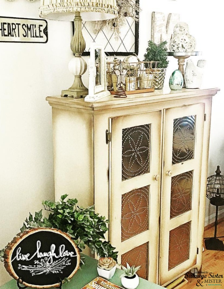 Mercery glass and memorable antiques fill this cottage home tour with abundantgracehome as featured on salvagesisterandmister.com #cottage #fleamarketstyle #home