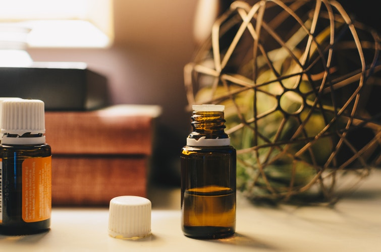 Uses for essential oil bottles #reuse photography by Kelly Sikkema (unsplash)