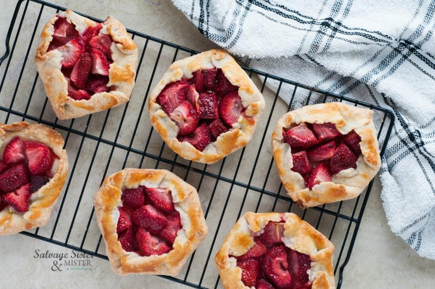 min i strawberry pies (galettes)